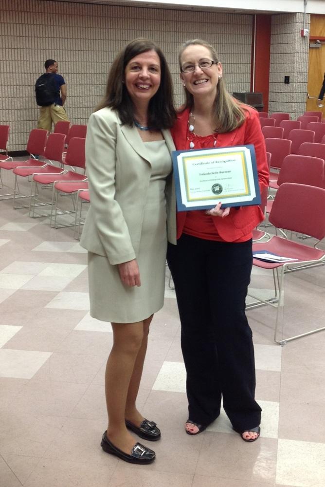 Una estudiante recibe su premio a la excelencia en la escritura (1/2)